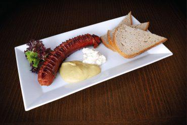 Pečená maďarská klobása, horčica, chren a chleba