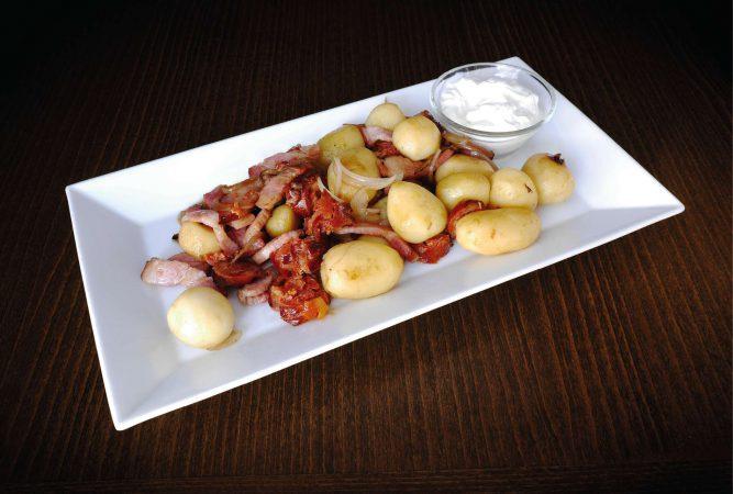 Zemiačky z panvičky (slanina, klobása, cibuľa, zemiaky, cesnakový dip)