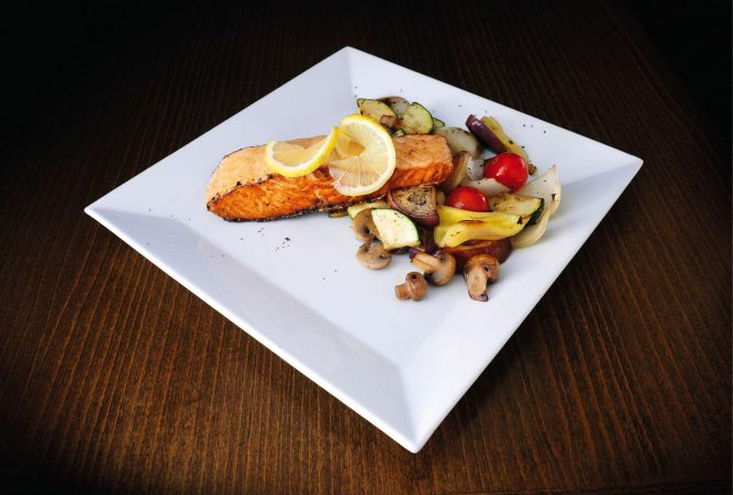 Losos na grile s grilovanou zeleninou