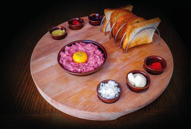 Tatársky biftek, hrianky alebo topinky